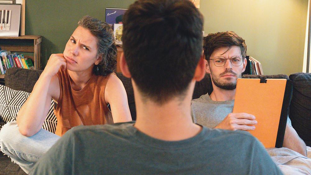 WG-Casting. Ein Bewerber in der Mitte im Gespräch mit weiteren Mitbewohnern einer Wohngemeinschaft