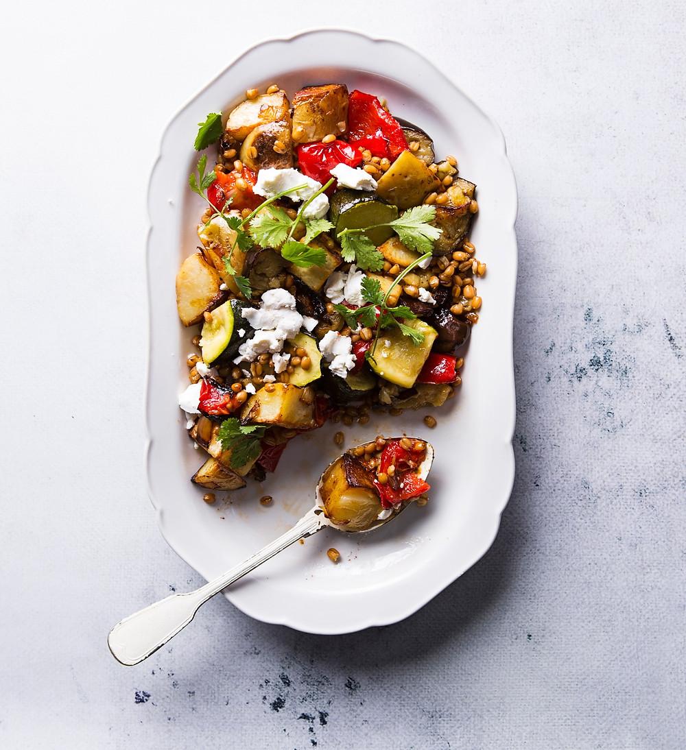 Šiltos baklažanų salotos su feta ir spelta, vmg receptas