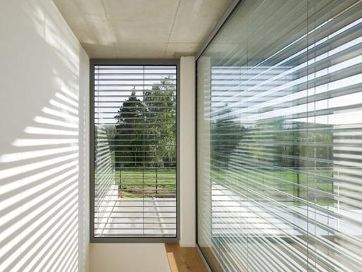 Οι εξωτερικές περσίδες μειώνουν τη θερμοκρασία του σπιτιού έως και 10 βαθμούς.