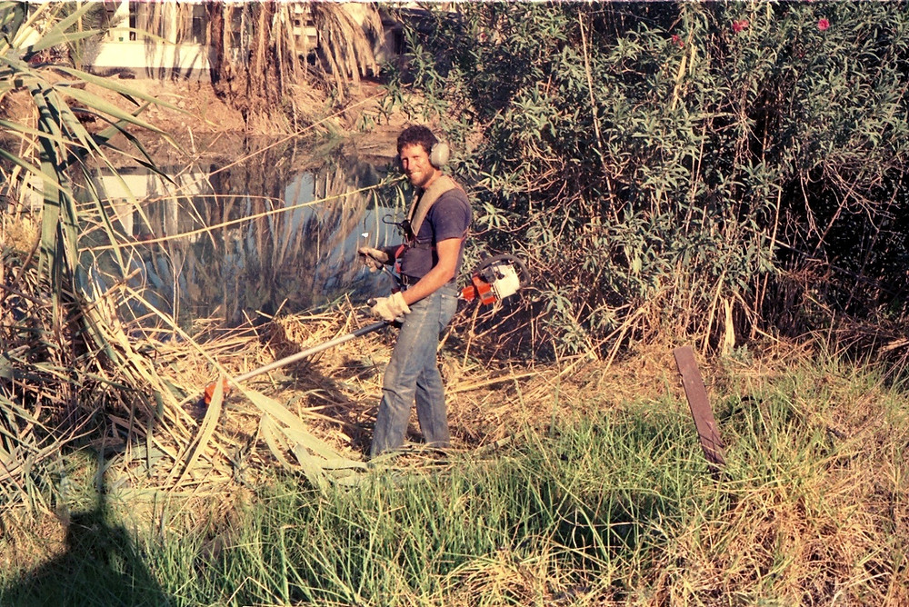 1995 - מבצע  לדיפון דפנות האפיק בבטון מחשש לקריסת קרקע. לצורך השיפוץ נפתח הסכר שבקצה הקיבוץ וגובה המים צנח בכ-2 מטרים. התמונה ממחישה היטב מדוע אפיק האסי כפי שנראה היום, הוא תעלה מלאכותית ואינו טבעי.