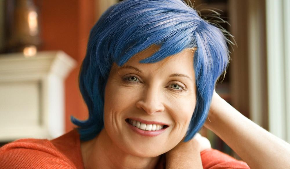 Mujer con pelo azul.