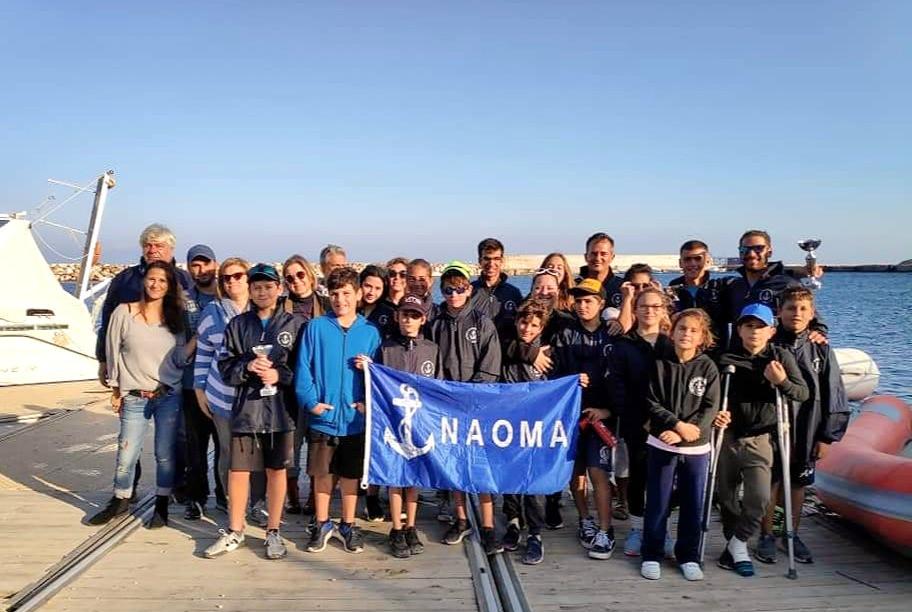 Στιγμιότυπο από αγώνες με τα παιδιά του ΝΑΟΜΑ και  δεξιά ο προπονητής Αλέξης Κάτσιος.