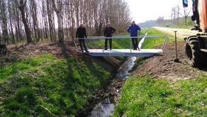 Het Heideveld plaatst nieuwe brug.