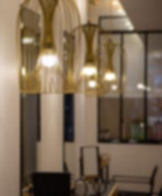 Chaine de luminaires design au dessus des postes de travail