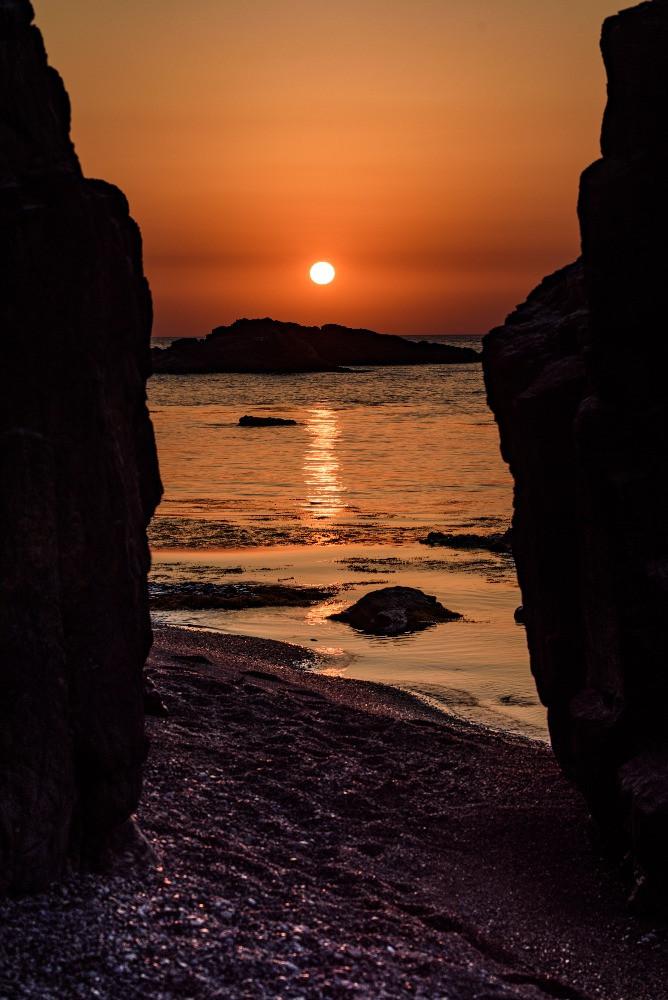 岩の間に沈む夕日 / Sunset between rocks