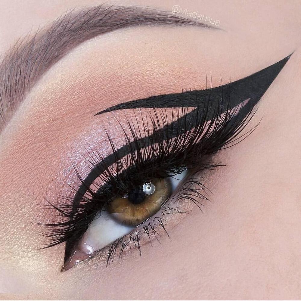 Delineado gráfico, graphic eyeliner, bold eyeliner, 2020 makeup trend, 2020 tendência de maquiagem
