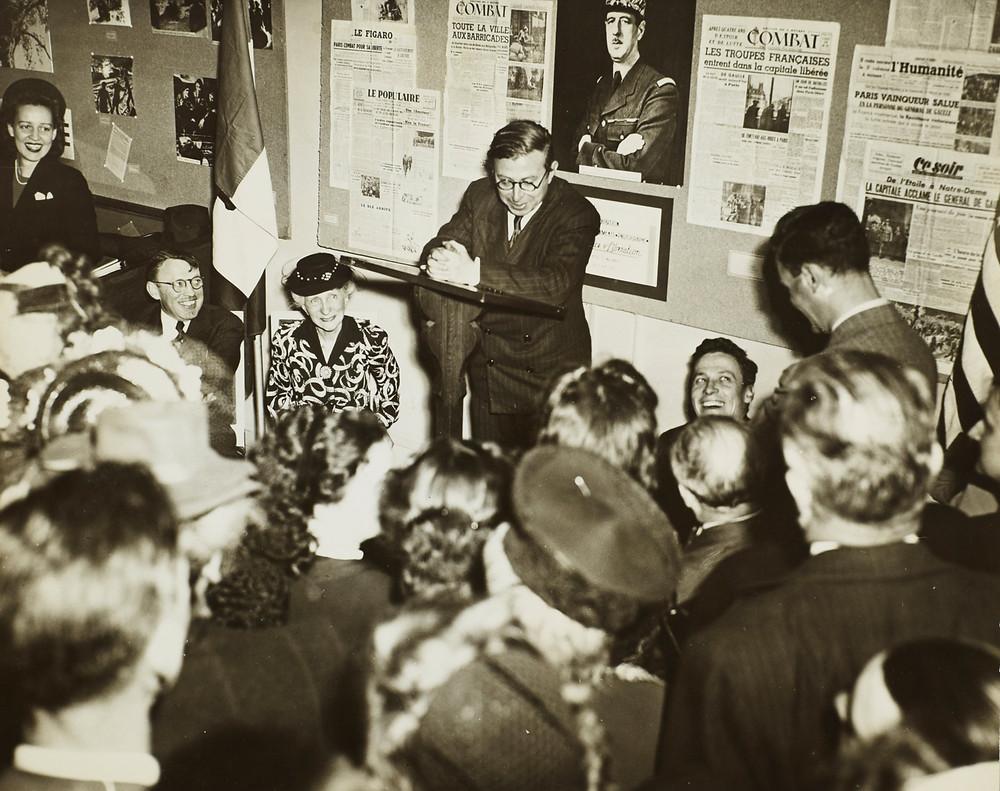سارتر يلقي محاضرة على مجموعة من الشباب والشابات