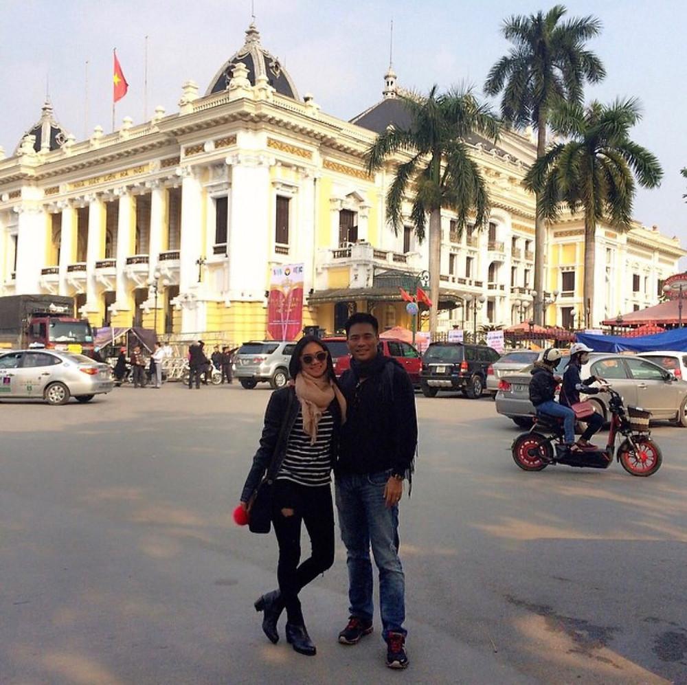 Rini Yulianti dan Michael Ha di depan gedung Hanoi Opera House, Vietnam.  #RiniBabyJourney #jurnalRIN