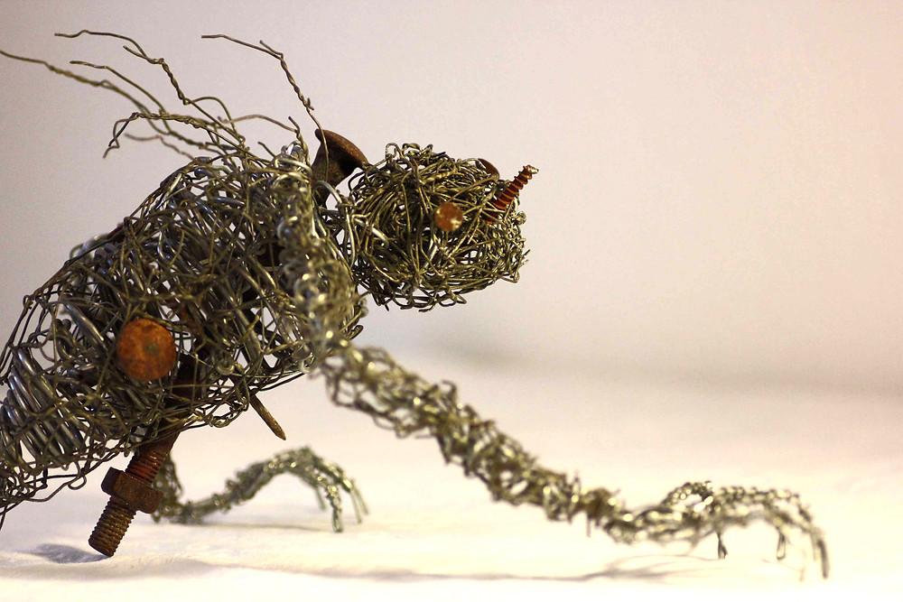 Sculpture dark art récup réalisée via l'assemblage de grillage, fils de fer et vis de récupération par Vortex