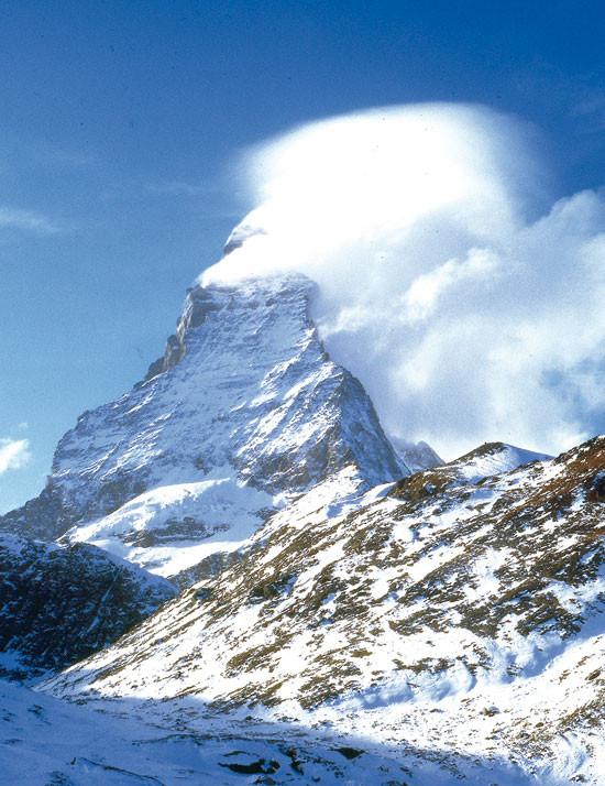 """El Cervino el """"montón de escombros"""", como lo describió Horace Bènédict de Saussure, se desmorona más y más cada verano por el derretimiento del hielo que sujeta la roca descompuesta. © Foto E. Ribas"""