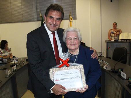 Professora recebe título de cidadã santa-clarense