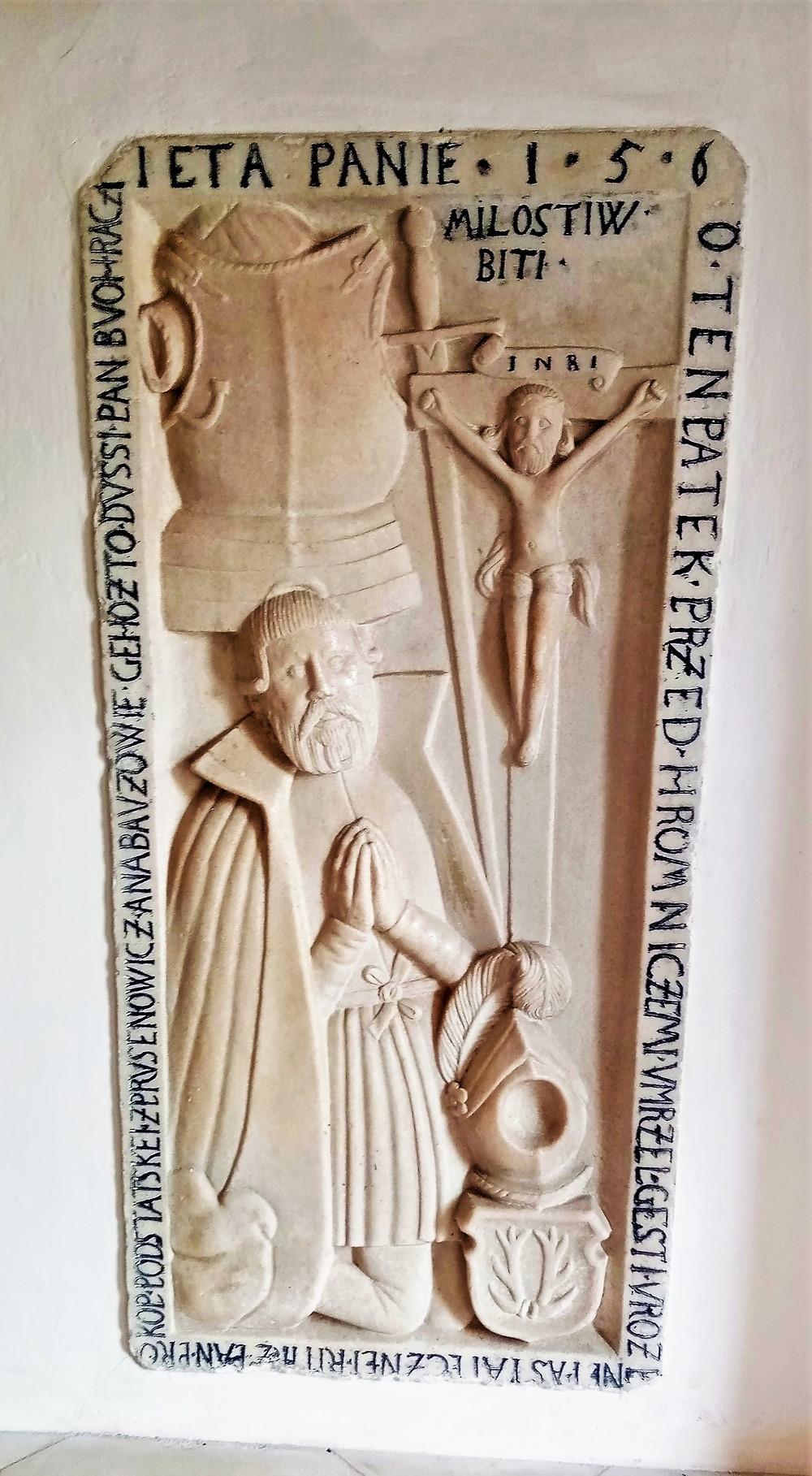 Detail jednoho z renesančních náhrobků