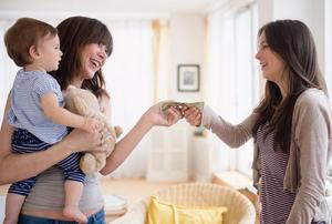 Додека дадилката го држи детето, мајката и дава пари како награда за нејзината посветеност