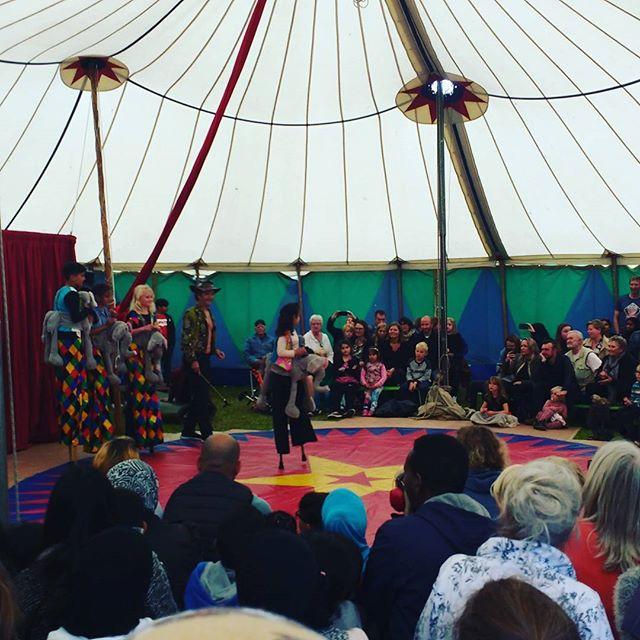 Elefanterne er på scenen til den store forestilling med Cirkus Panik og alle de seje børn fra området #cirkuspanik #voresHG