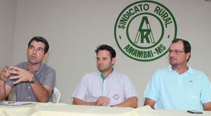 Reunião convocada pelo Sindicato Rural discutiu com segmentos, medidas à serem adotadas tendo em vista os prejuízos provocados pela seca no agronegócio em Amambai. (Fotos: Vilson Nascimento)