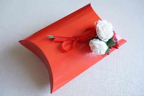 червена кутийка с бели рози