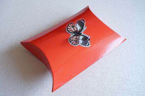 червена кутийка с пеперуда