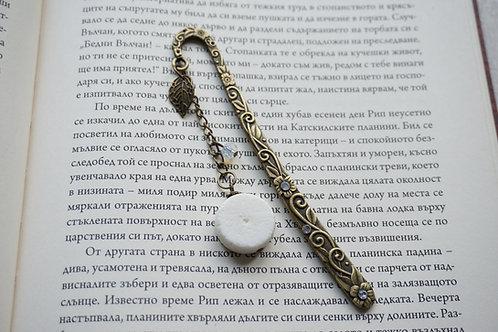метален винтидж книгоразделител с бял корал