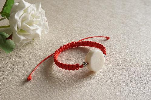 Мартеница ръчно плетена с бял корал