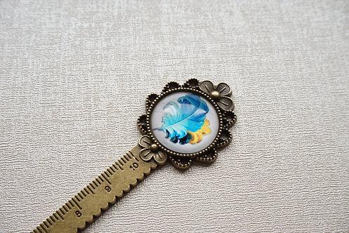 красив метален винтидж книгоразделител със синьо перо
