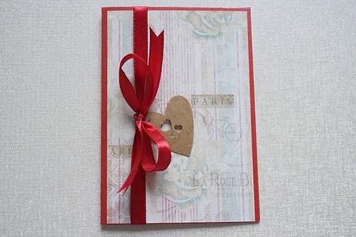 картичка с червена панделка за влюбени