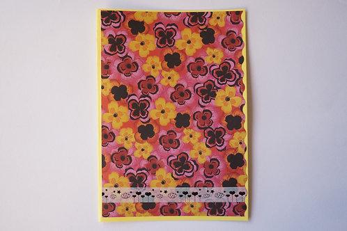 жълта картичка с цветя