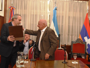 La comunidad armenia distinguió al Dr. Yves Ternon