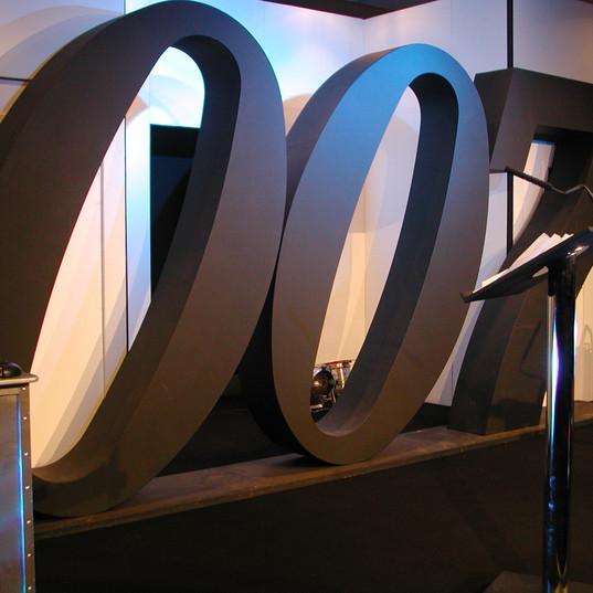007 Sign Stage Set