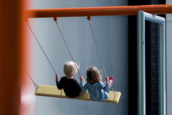 Los niños hacen pivotar