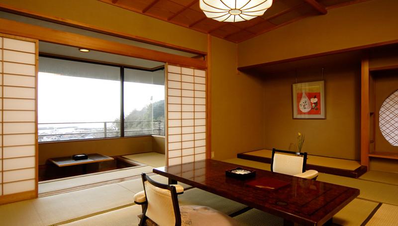 窓の側で座って海を眺めることができます。大きな窓からは駿河湾を眺めることができます