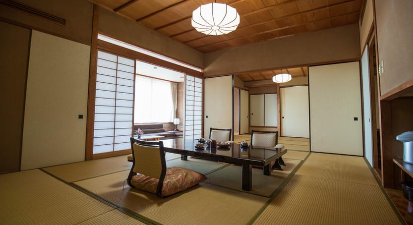 各階に1部屋ずつある特別室は、本間10畳、次の間8畳、座り心地抜群の窓側応接間8畳でのびのびくつろげます