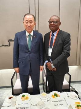 Avec le Dr Ban Ki Moon, ancien secrétaire général de l'ONU. Pendant la conférence sur le rôle des médias dans l'intégration sociale et la paix à Seoul en Coree du Sud Du 19 et 20 Août 2019
