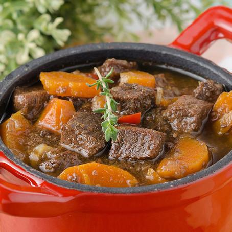 תבשיל בקר, ירקות שורש ופירות יבשים על מצע קוסקוס