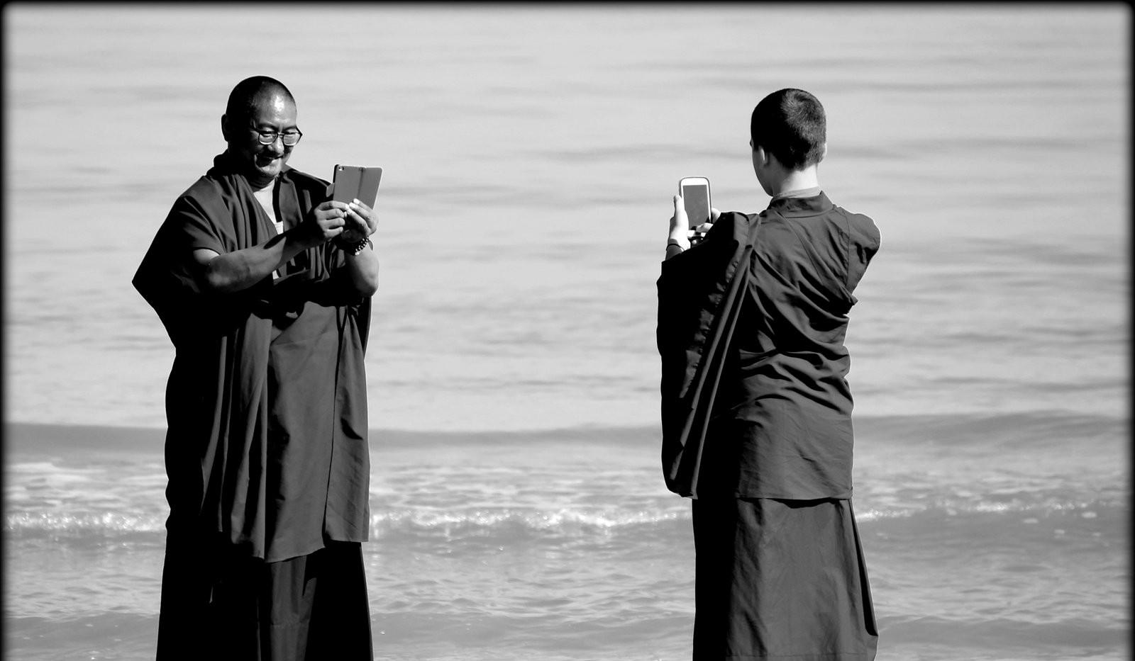 Rinpoche_en_Lobsang_Nyima_aan_zee.jpg