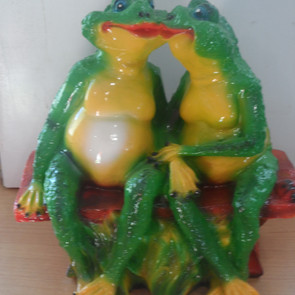две  лягушки на скамейке