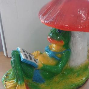 лягушка под грибом