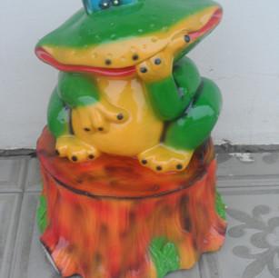 лягушка задумчивая на пне