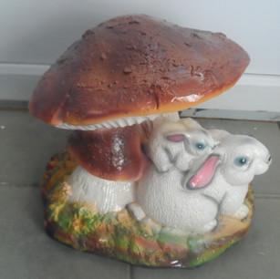 заяц под грибом