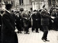 Jean Zay accueille Léon Blum devant l'Hôtel de ville d'Orléans