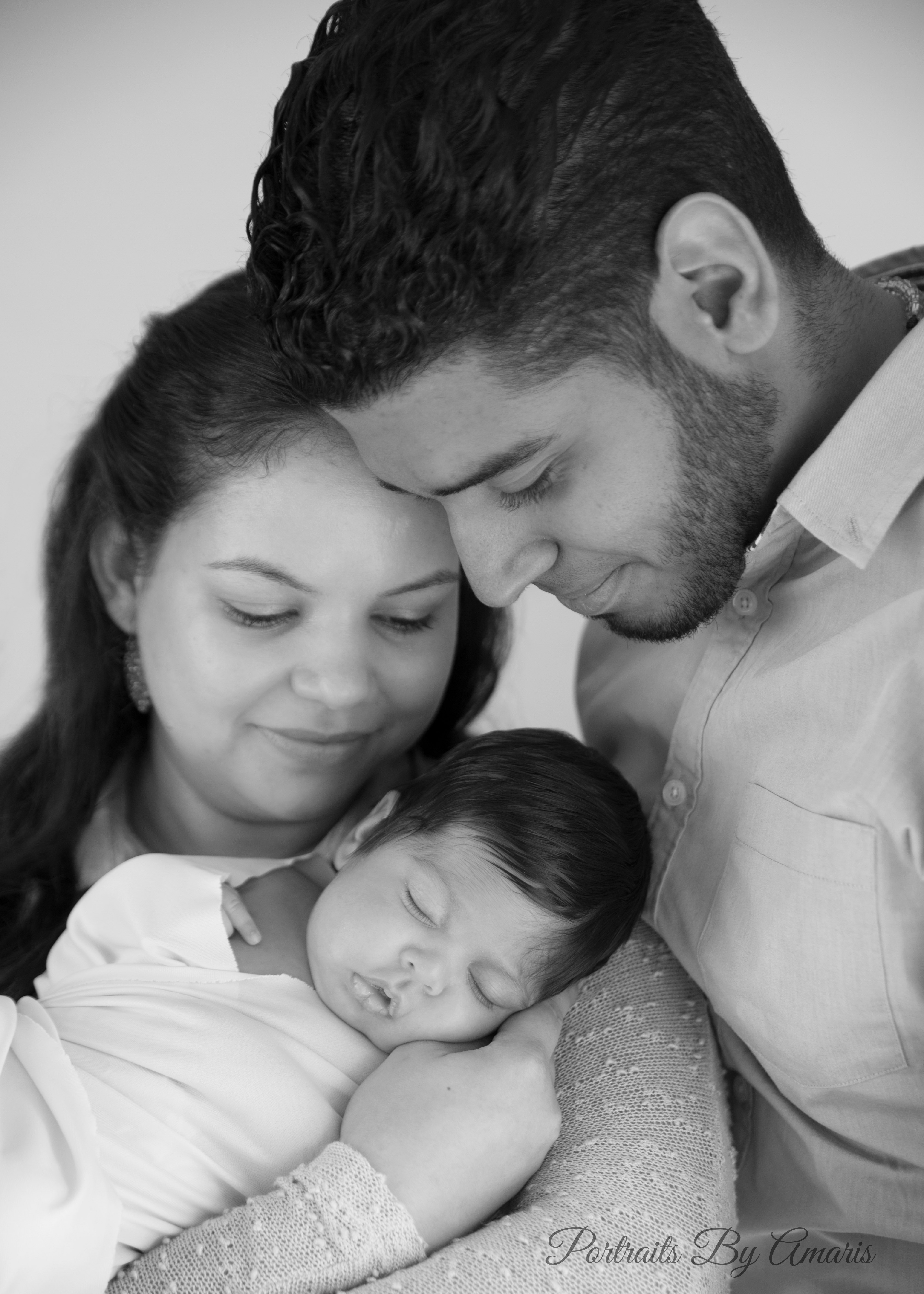 mom-dad-with-newborn-black-and-white