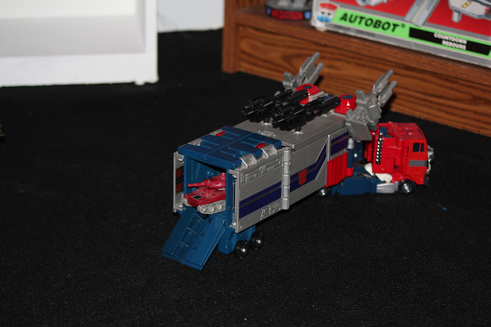 G1 Powermaster Optimus Prime Transformer with G1 Warpath Transformer.