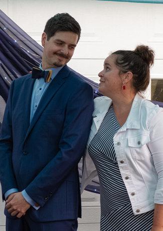 Le marié, avec le maitre de cérémonie@adriencote