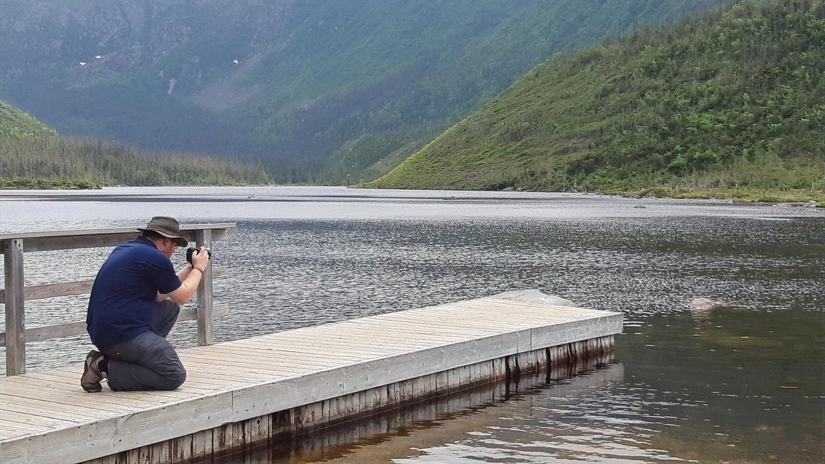 On voit Adrien Côté photographe, prendre  une photo au Lac aux Américains, dans le parc National de la Gaspésie .