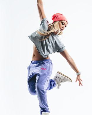 in lila Hosen tanzen