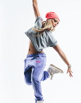 dançando em calças roxas