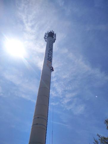 Nátěr 80 m vysokého továrního komínu za pomoci horolezecké techniky.🧗