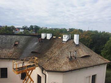 Renovace střechy Chodovské tvrze.