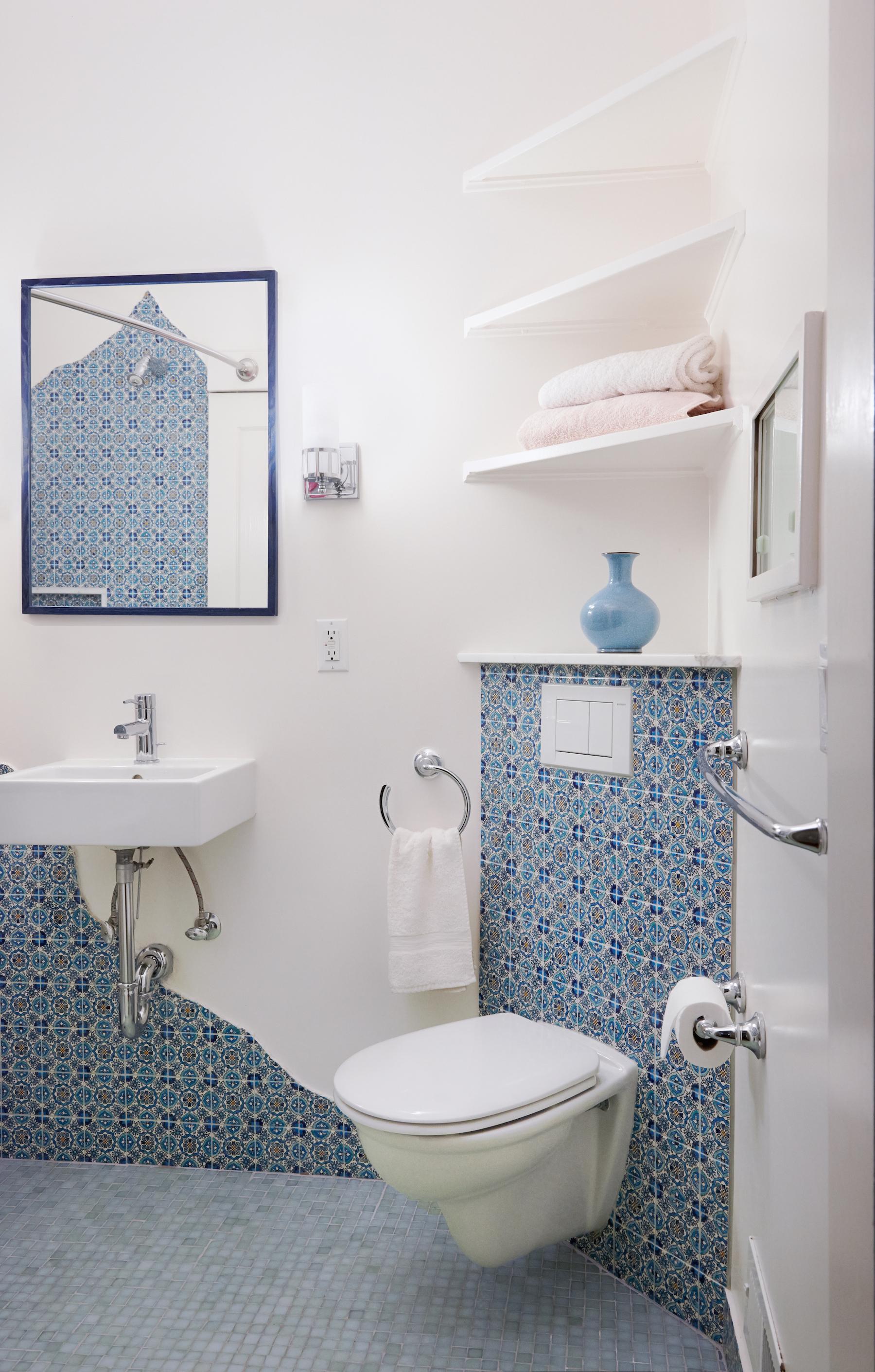 Corner toilet&barn door expand space