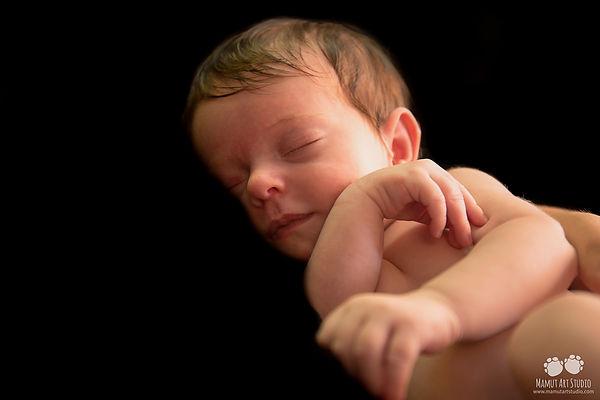 Que bien se está durmiendo en brazos de tu padre