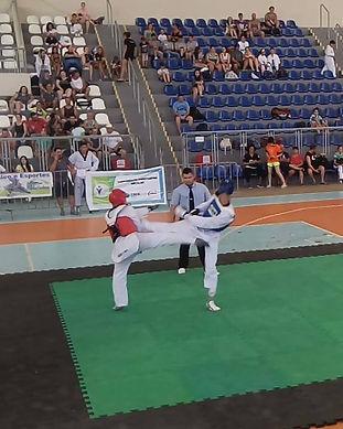 alunos lutando taekwondo